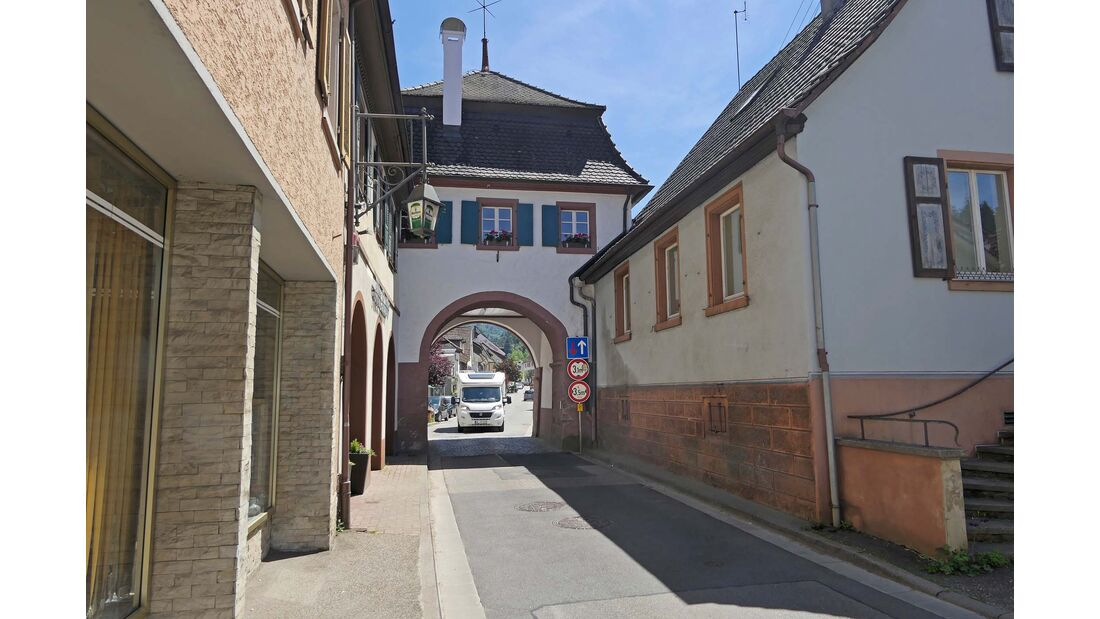 Wir fahren mit dem Reisemobil durchs alte Stadttor in Sulzburg.