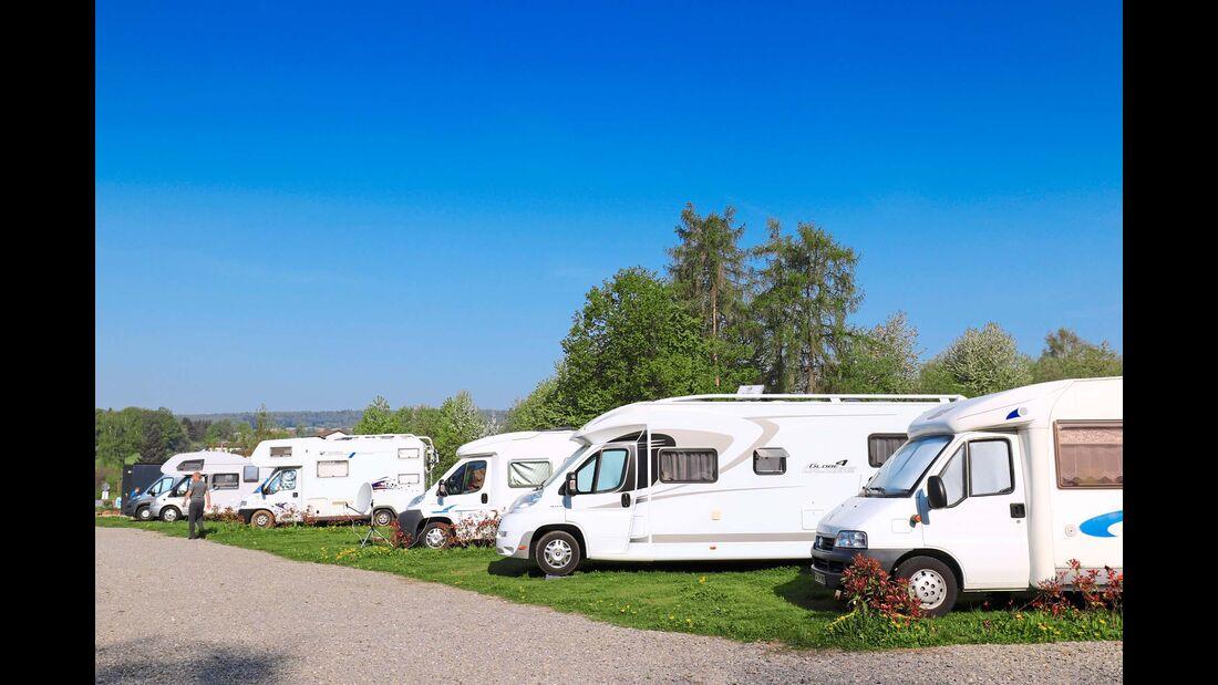 Wohnmobile auf dem Stellplatz am Wildpark