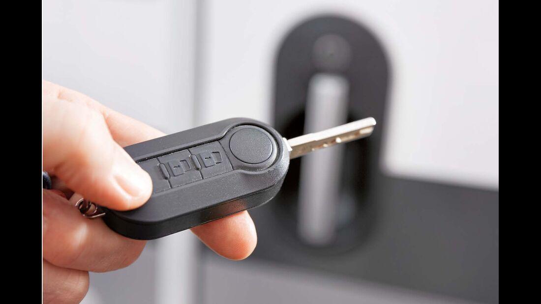 Zentralverriegelung des Basisfahrzeugs öffnet auch Aufbautür per Funk beim Adria Compact