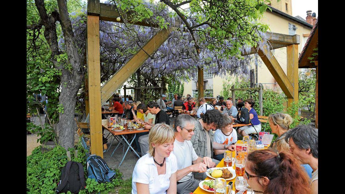 Zu Tisch im Biergarten der Klosterbrauerei Weißenohe.