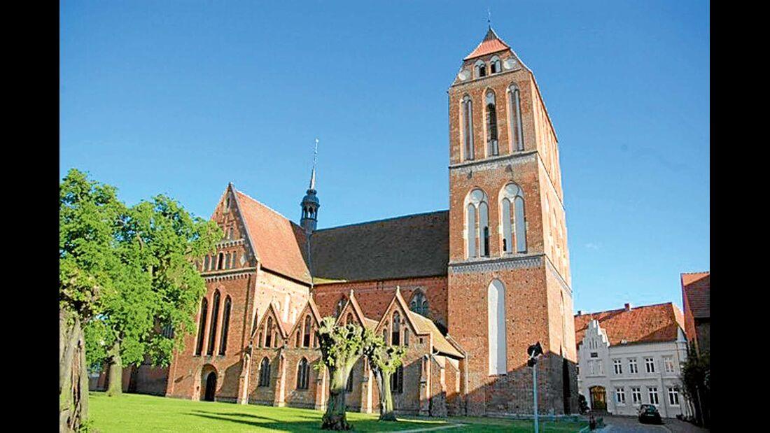 Zu den städtebaulichen Highlights der Barlachstadt zählen Dom, Pfarrkirche und Schloss.