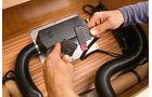 Zum Schluss wird das Geraet ans Stromnetz des Fahrzeugs angeschlossen.