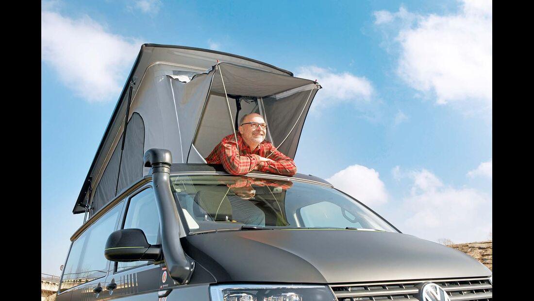 Zum Schutz vor Sonne oder Nieselregen kann das vorn am Stoffbalg angesetzte Vordach aufgestellt werden.