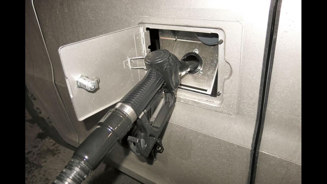 Zum Tanken gibt es extra die kleine Tür in der großen Klappe.