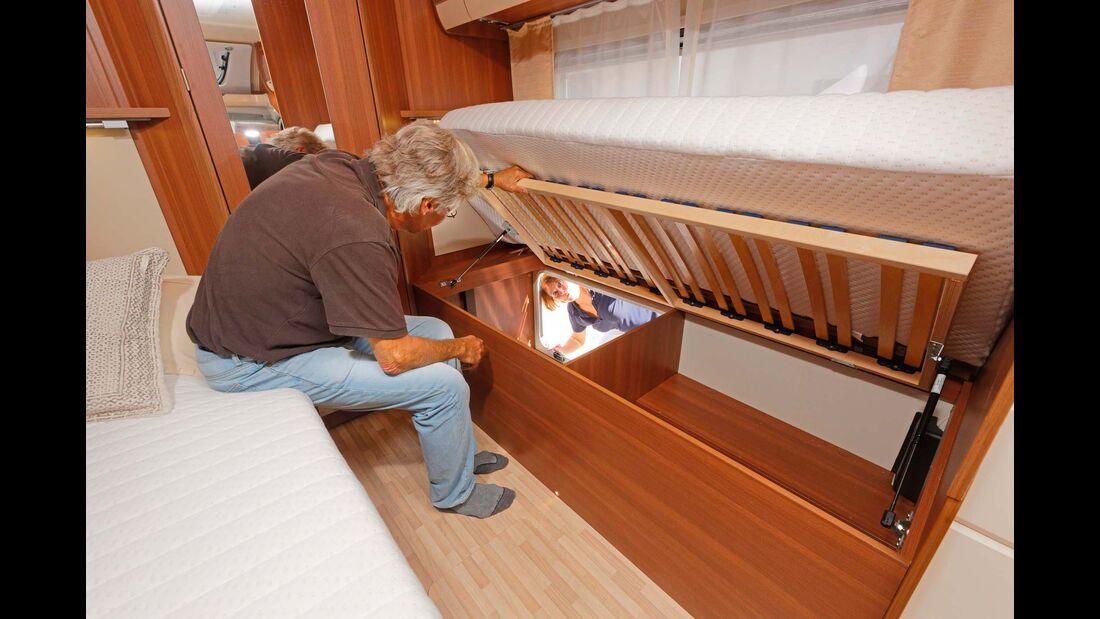 Zwei Gasdruckfedern halten den Lattenrost oben. So kommt man nicht nur von außen, sondern auch von drinnen gut an die großen Stauräume unter den Betten.