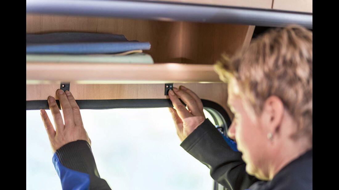 Zwei Kassettenhalter über dem Fensterrand stabilisieren die Jalousie im Reisemobil