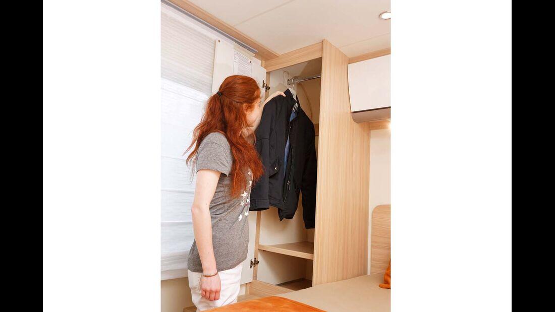 Zwei Kleider- und Hängeschränke bieten reichlich Platz.