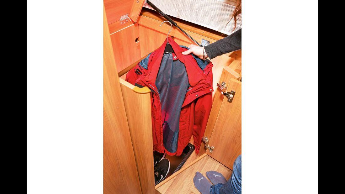 Zwei Kleiderschränke bieten viel Hängeraum.