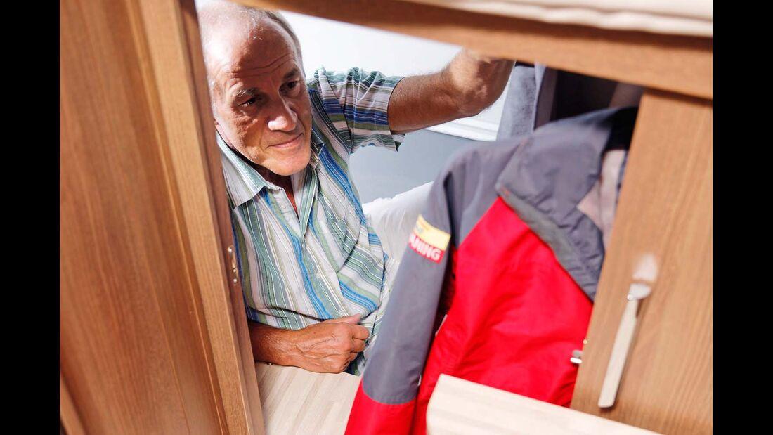 Zweiter Kleiderschrank unter dem Bett