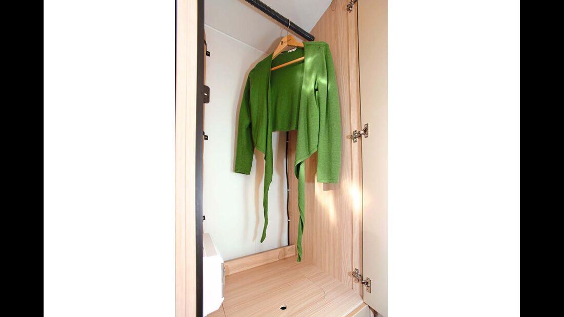 Zwischen Heckbetten und Kühlschrank im hinteren Gang liegt der große Kleiderschrank