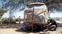 alter Bulli wird in der Wüste restauriert