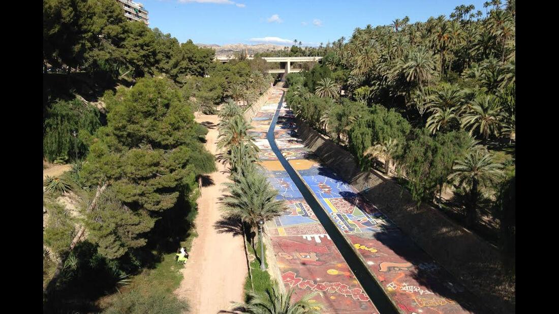bemalter Flusskanal in der Hauptstadt der Palmen