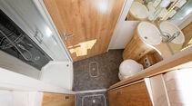 breiter Sanitärtrakt hinter den Einzelbetten im Bug im Frankia A 740